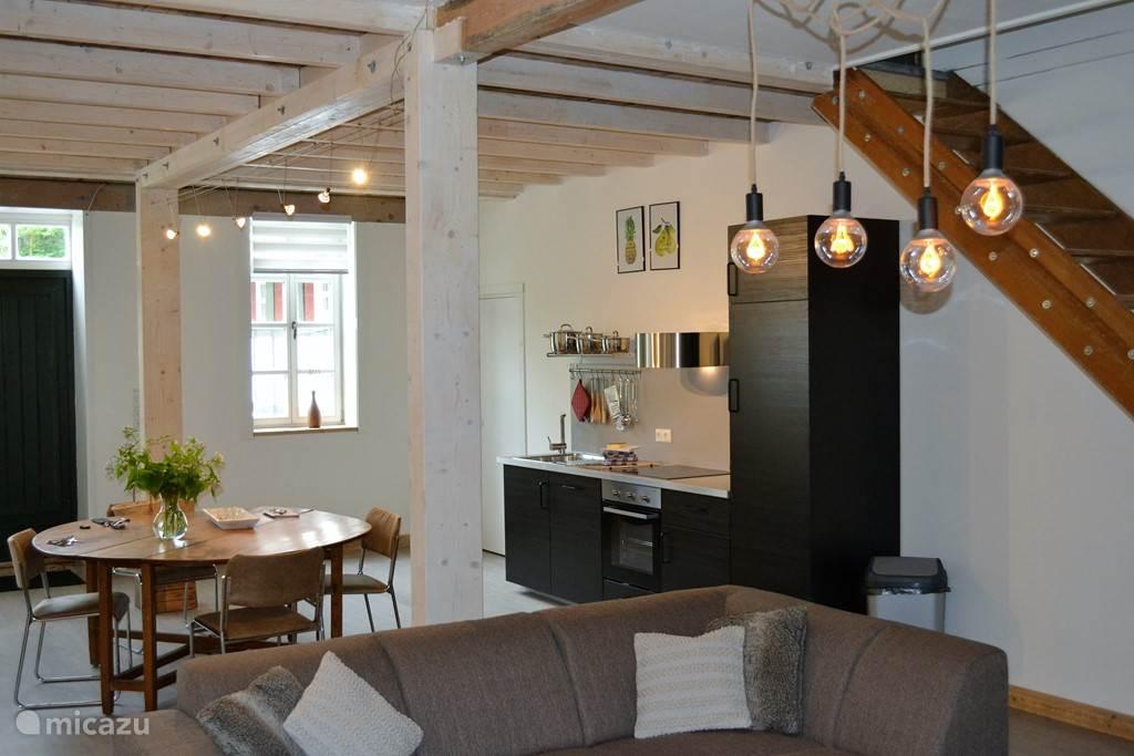 Open woonkamer met keuken, eettafel en zithoek