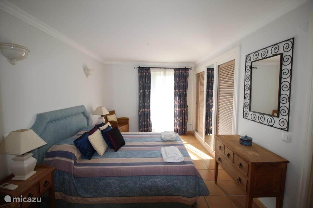 Slaapkamer 1 met eigen badkamer