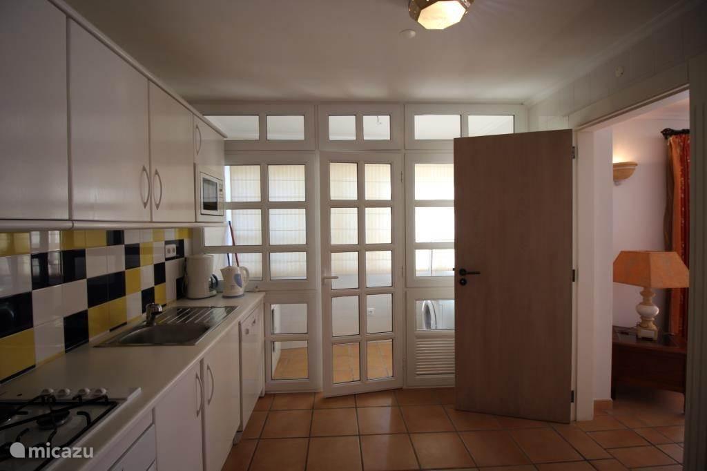 Ruime keuken voorzien van veel apparatuur