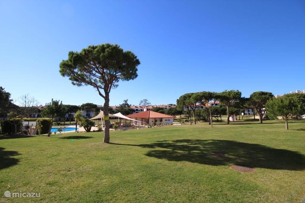Ruime binnentuin met 3 grote zwembaden 2 kinderzwembaden en 1 jacuzzi, alleen toegankelijk voor appartement eigenaren.