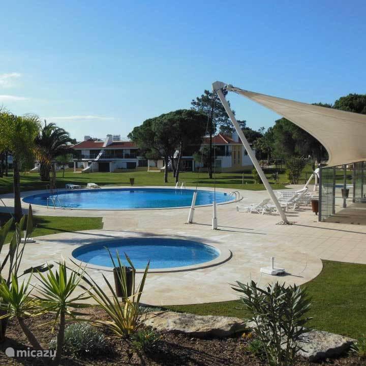 zwembad waar je direct vanuit de woonkamer naartoe loopt