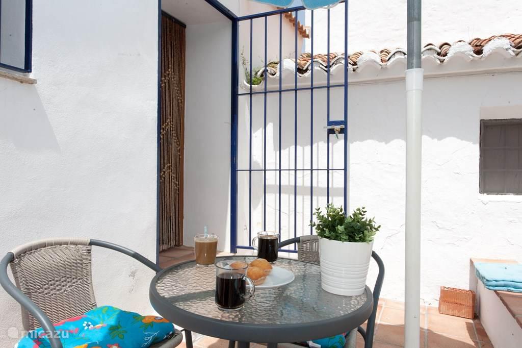 In voor- en najaar en zelfs in de winter is dit een heerlijk terrasje om uit de wind in de zon te zitten!