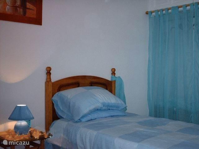 Tweede slaapkamer met 2 eenpersoonsbedden.