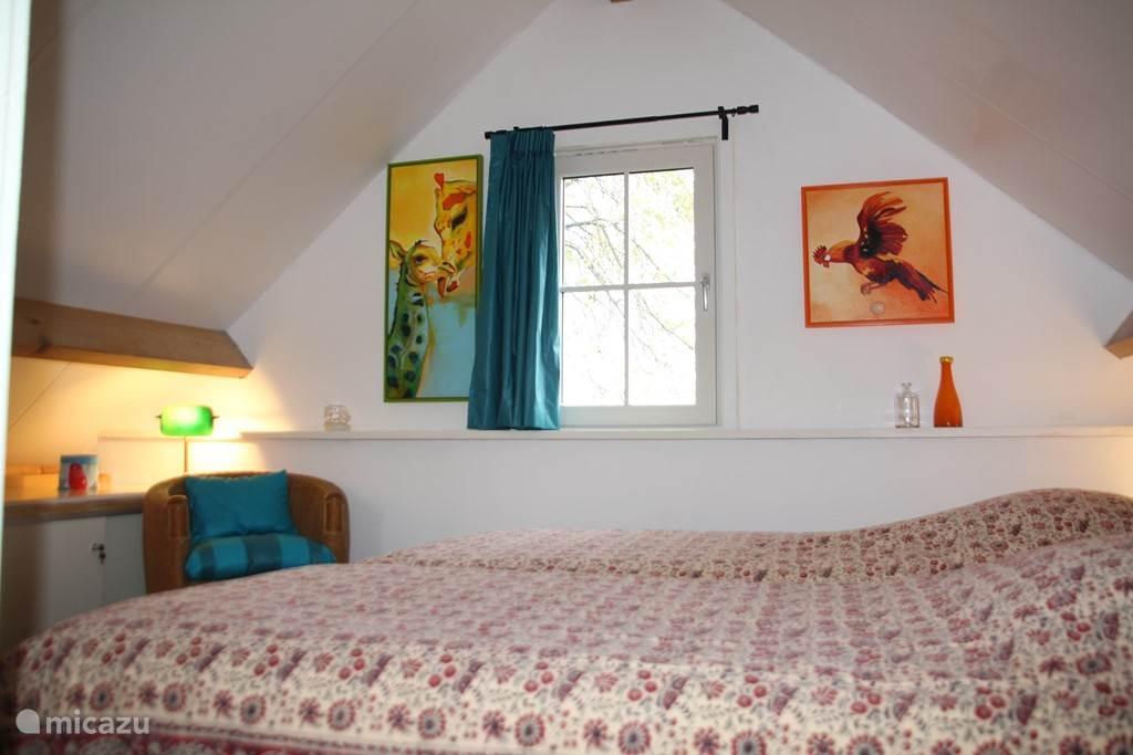 Rustige slaapkamer, intieme sfeer, uitstekend slapende bedden, box springs van 2.10 m, veel ruimte voor uw eigen spullen