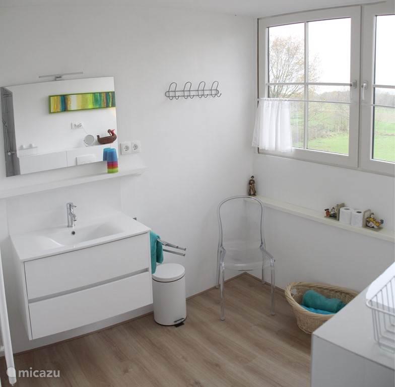 Badkamer: licht, ruim, inloop regendouche, veel plek voor persoonlijke spullen