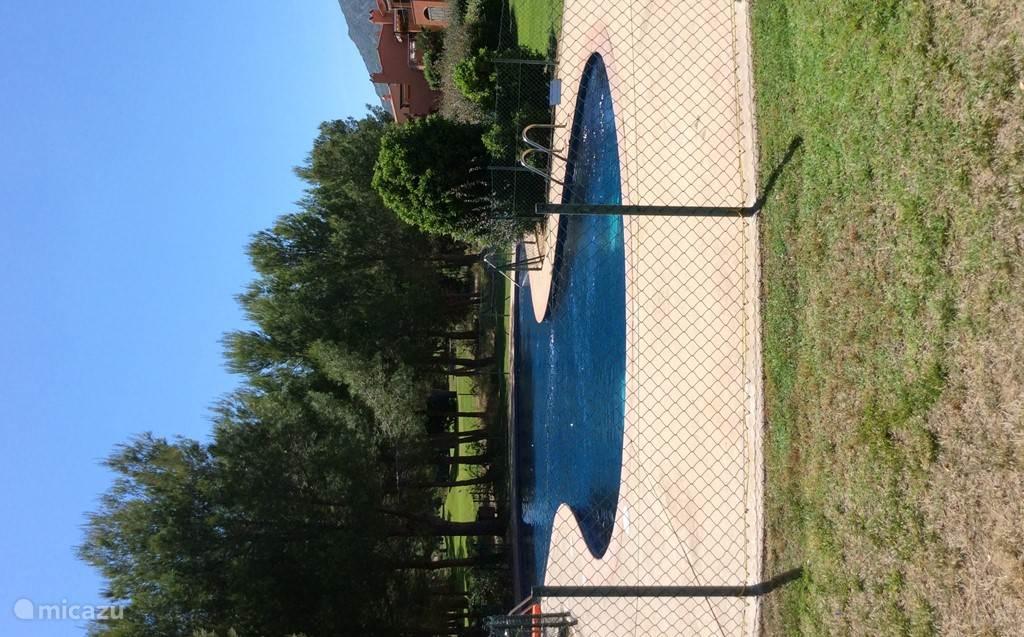 Gemeenschappelijk zwembad In de gemeenschappelijke tuin met ons appartement op de achtergrond