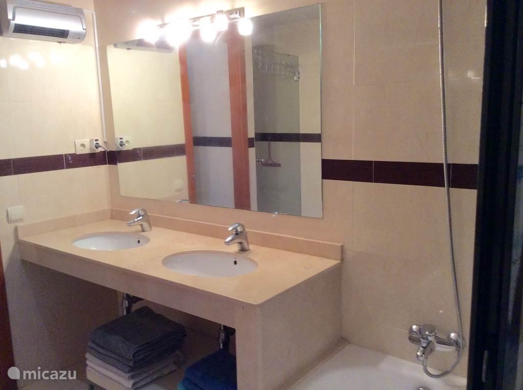 Grote badkamer met inloopdouche en bad