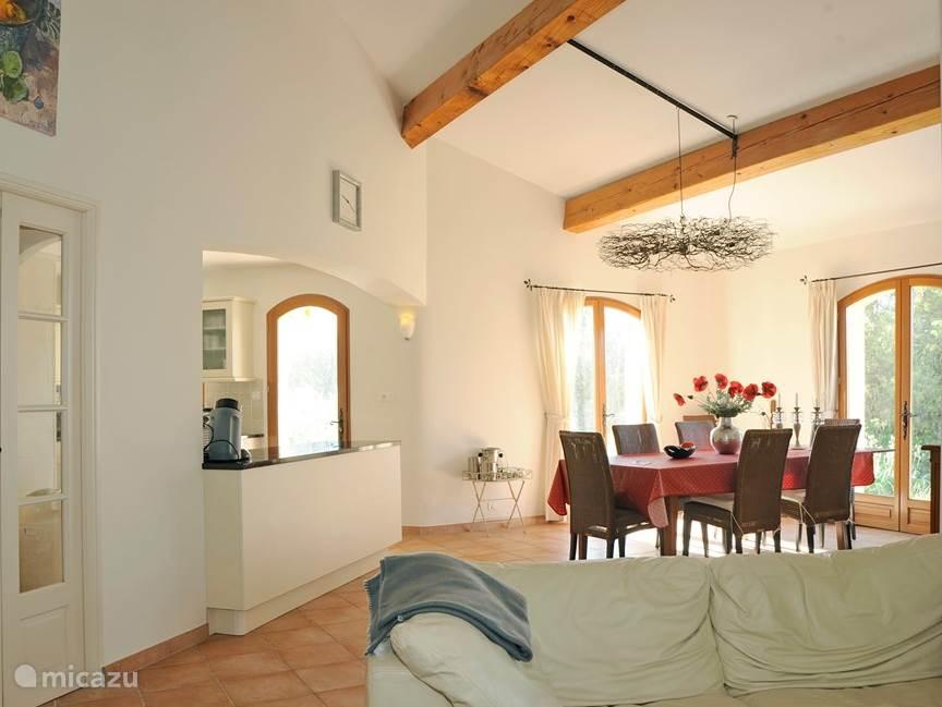De eethoek vanuit de woonkamer, links is (niet zichtbaar) de keuken