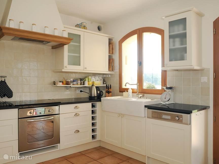 Zeer volledige, open keuken.