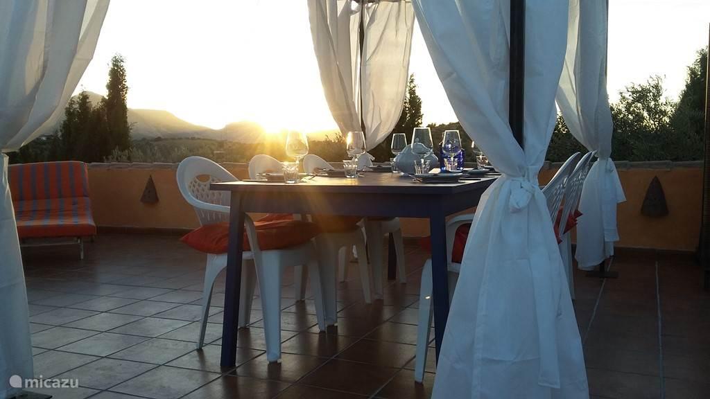 Dineren met ondergaande zon op zwembadterras