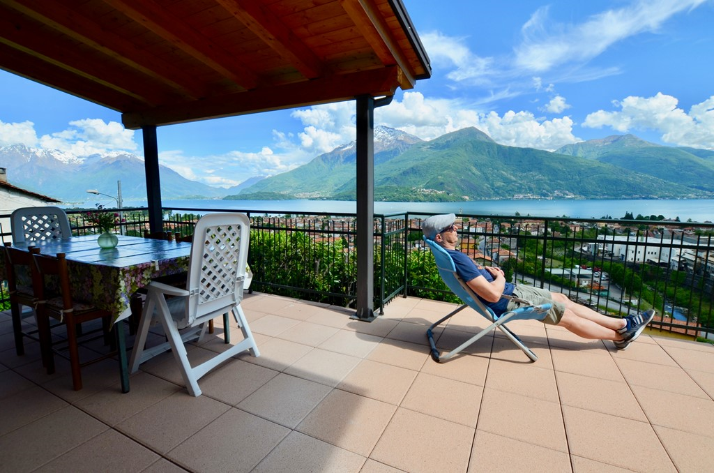 Direct beschikbaar: geniet van een prachtig authentiek vakantiehuis, groot terras, meerzicht en 2 slaapkamers + strand van Dongo en het mooie Comomeer