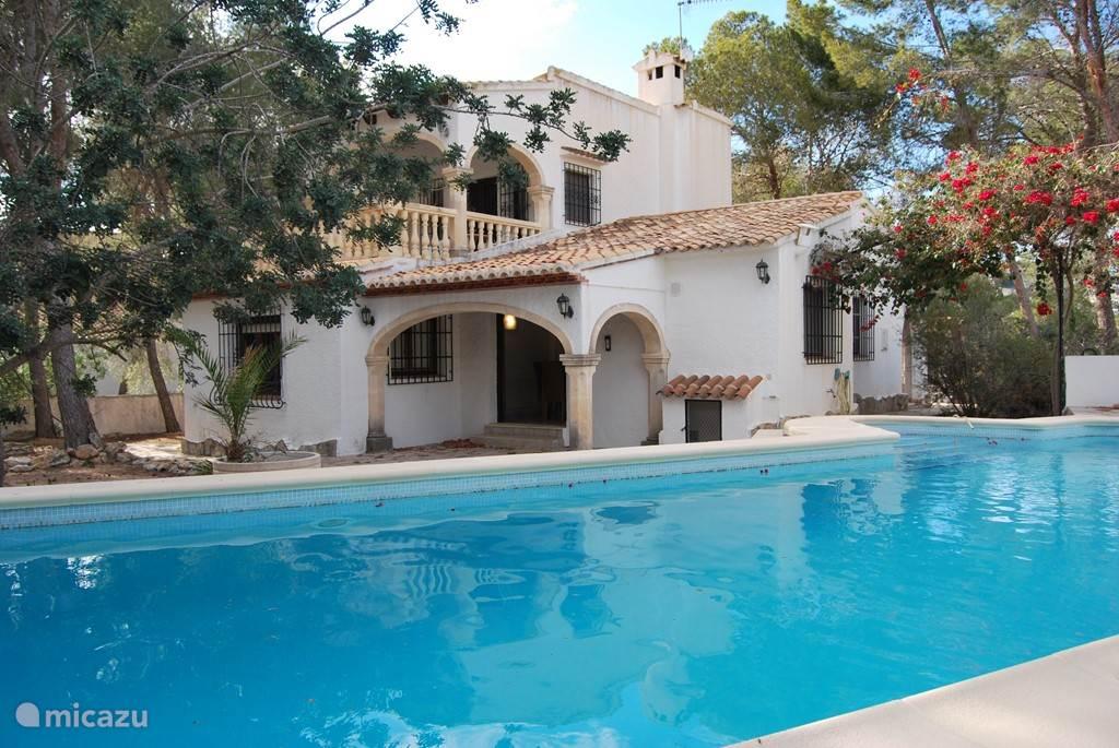 La Driada tuin met aangezicht van huis en zwembad