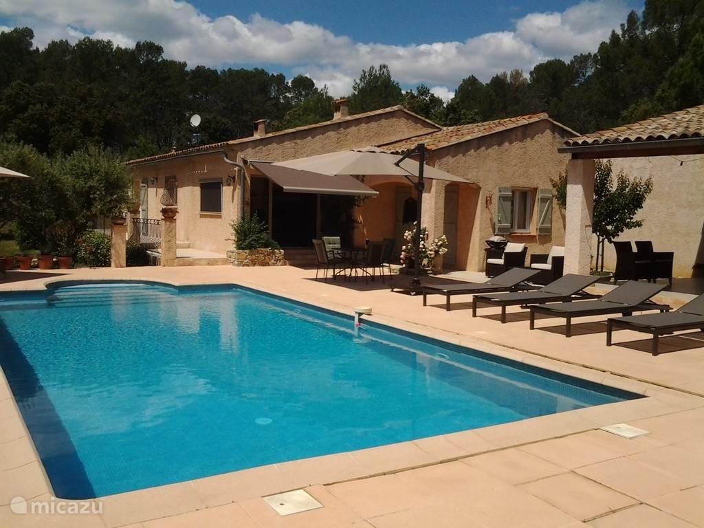 Een uitnodigend terras/zwembad om te genieten van de rust