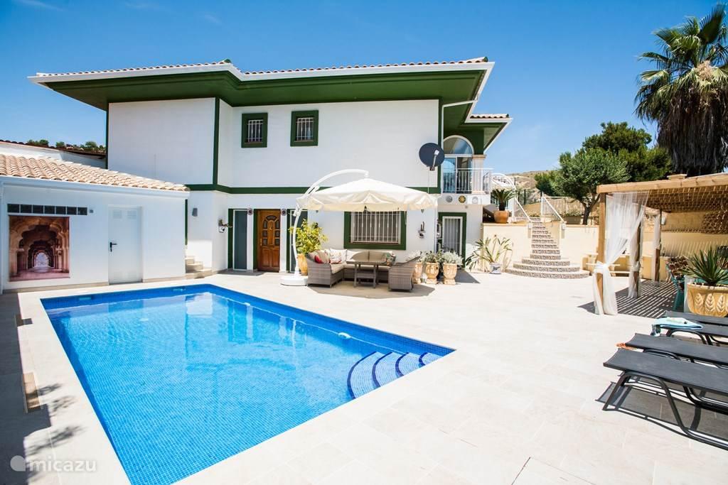 Overzicht van terras met zwembad en veranda