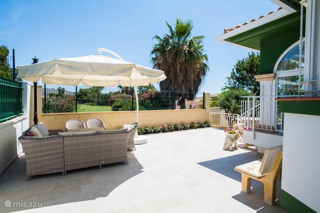 Terras bij de villa met lounge set