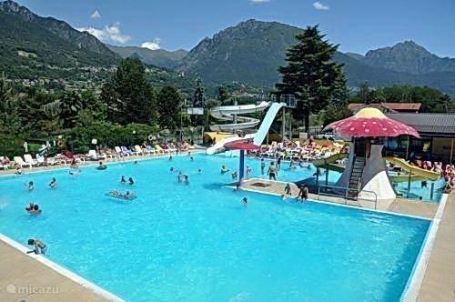 Dit is het zwembad met glijbanen en kinderbad. direct op de camping.