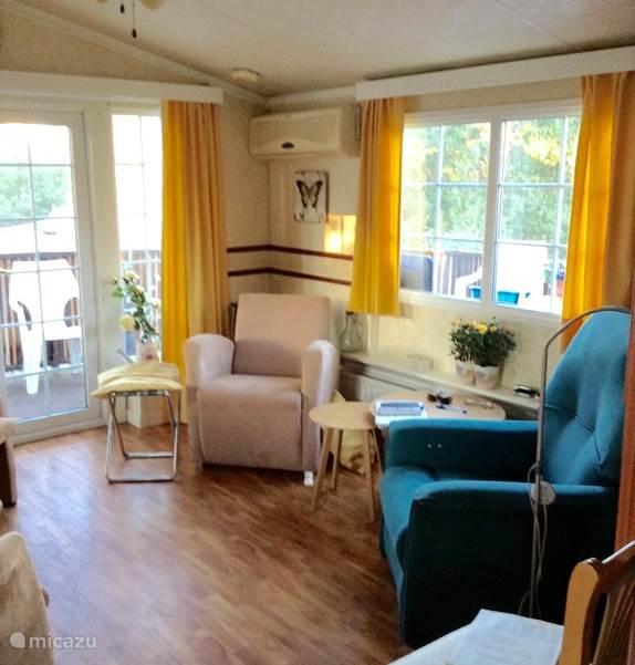De huiskamer met rechts de relaxstoel.