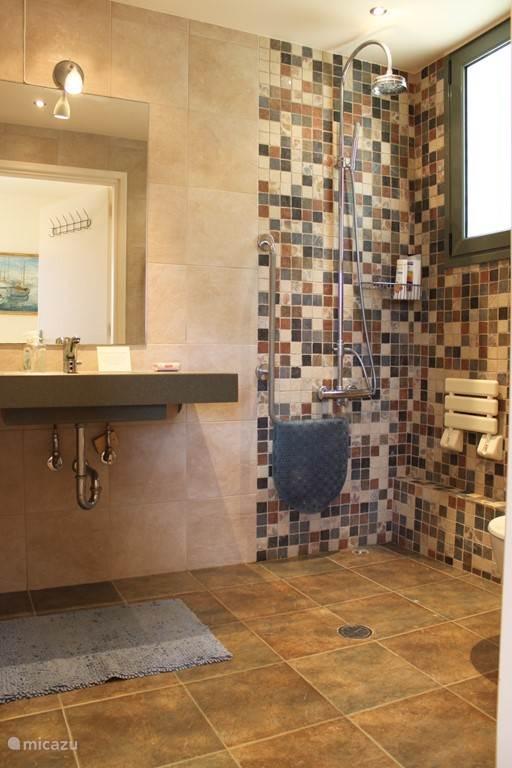 De badkamer in het appartement.