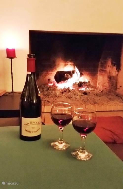 Als het koud is drinken we wijn bij de open haard!