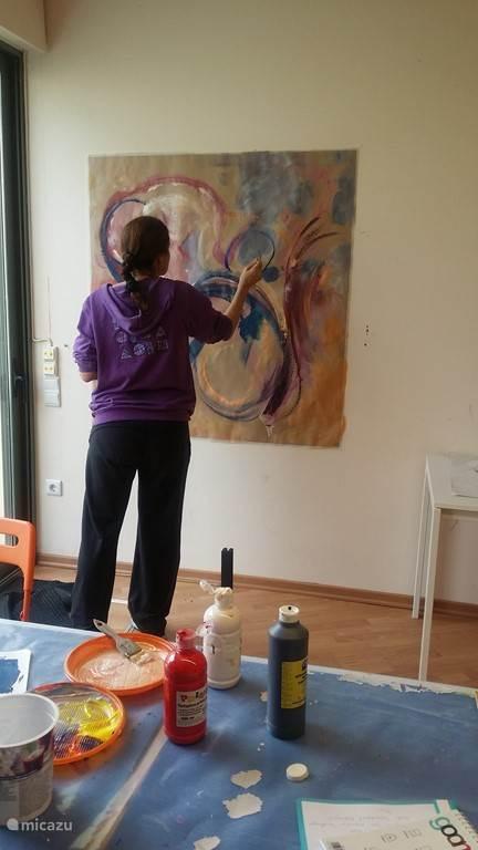 Leren schilderen in de studio.