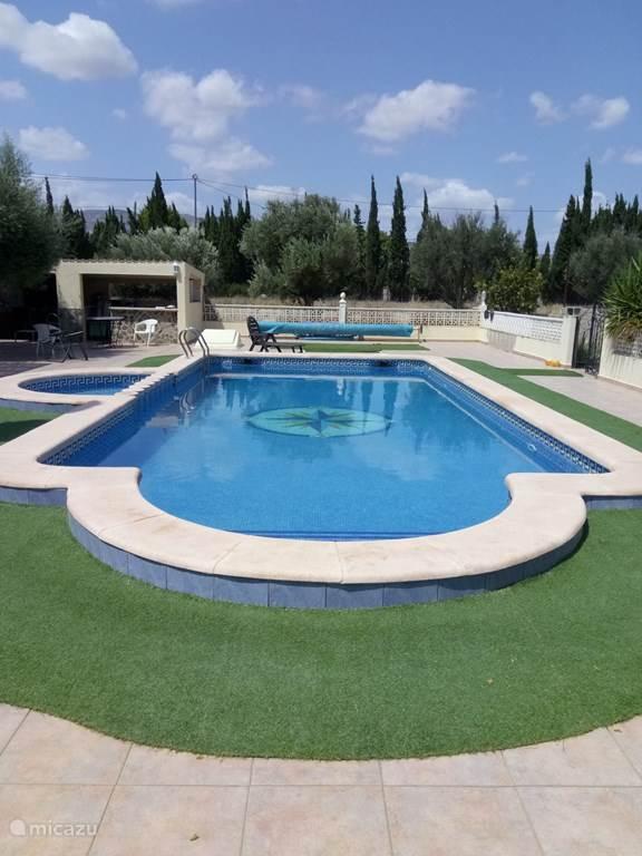 Ons zwembad met klein badje voor de kids , 10 x 5 meter , van 60 cm tot  180cm diep , zout water geen chloor beter voor ogen en huid