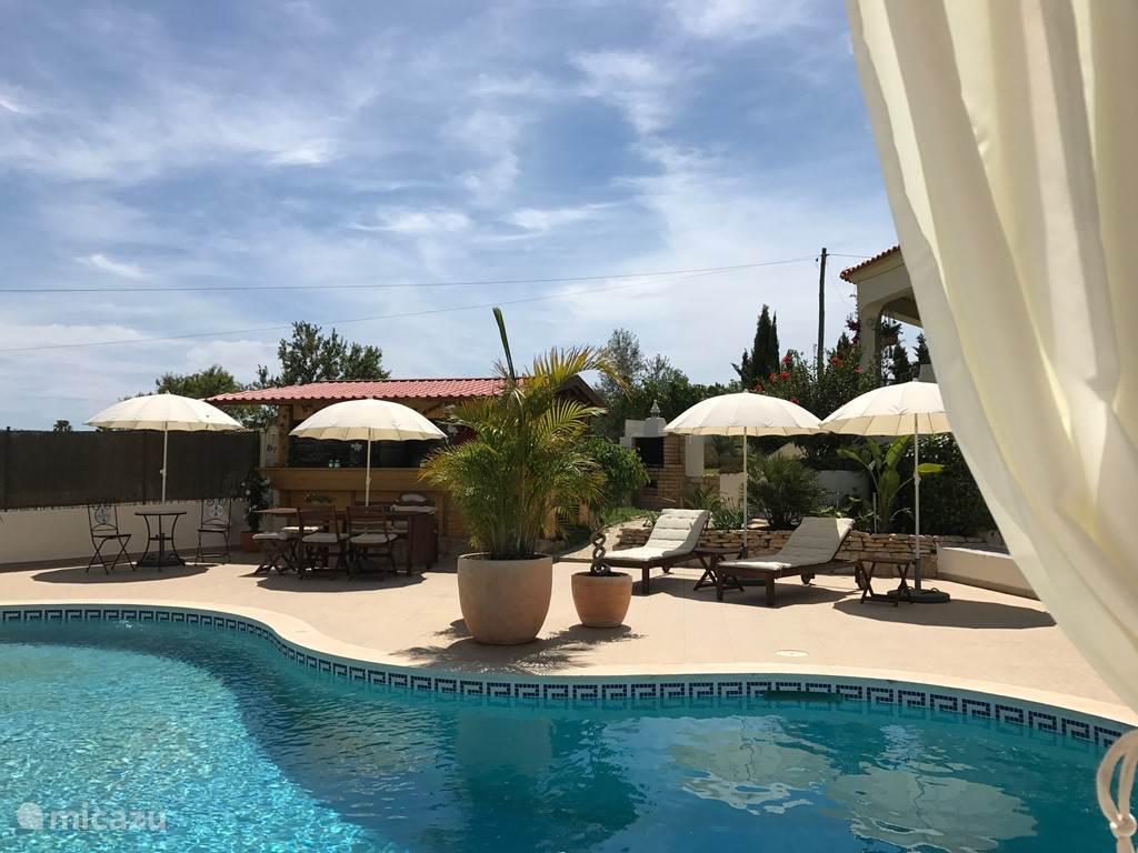 Bij Cegonha Resort kunt u een keuze maken uit 3 verschillende appartementen. Alle appartementen beschikken over een woonkamer met satelliet TV, Airconditioning, Badkamer, Keuken en er is gratis WiFi beschikbaar.
