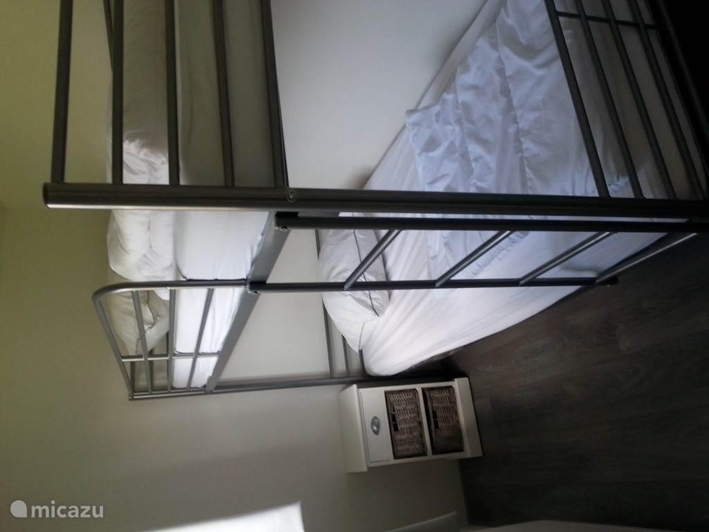 de 3de slaapkamer met een veilig stapelbed met beveiliging aan de zijkant van het bovenste bed