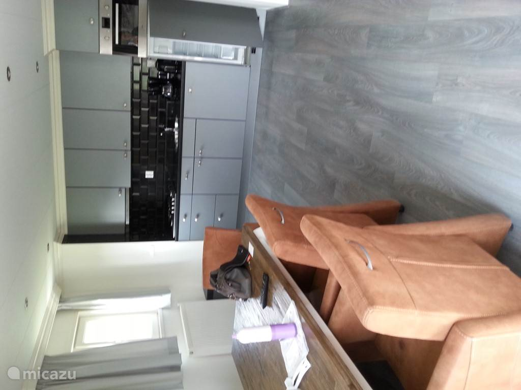 de eettafel met 6 stoelen op wieltjes welke vanaf de keuken makkelijk bereikbaar is. De keuken is voorzien van oven grote koelkast met vriesvak, gasfornuis met afzuigapparaat en veel kastruimte