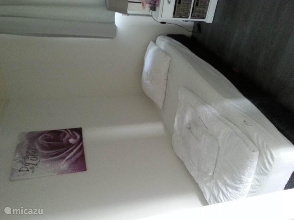de 2de slaapkamer met twee losse bedden.