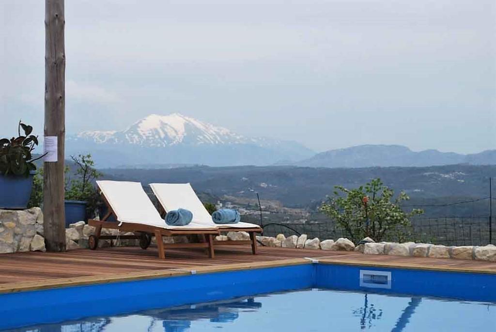 Luxe vakantiehuisje met zwembad, nabij Rethymno, in authentiek Grieks dorpje. 10 km van zee. In juli & augustus van € 550,- voor  € 485,- p.w.