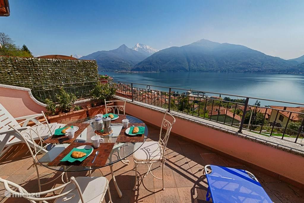 Het fantastische meerzicht vanaf het ruime balkon met zonnewering. De perfecte plek voor een ontbijtje of te zonnebaden.