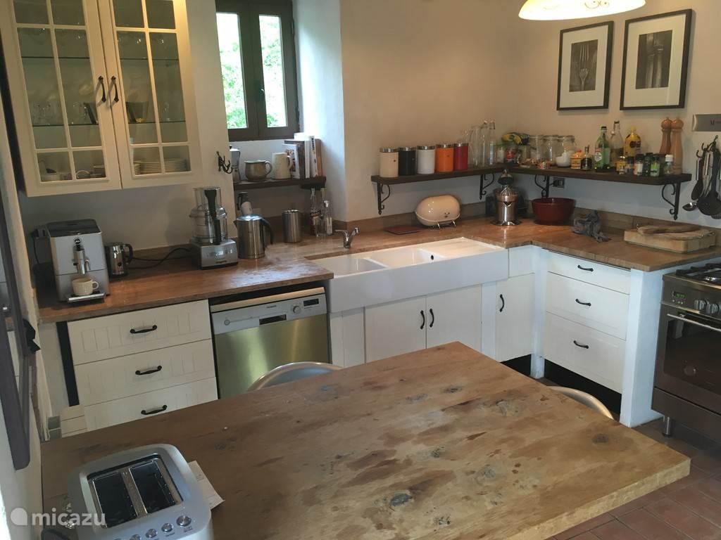 ruime, goed ingerichte keuken