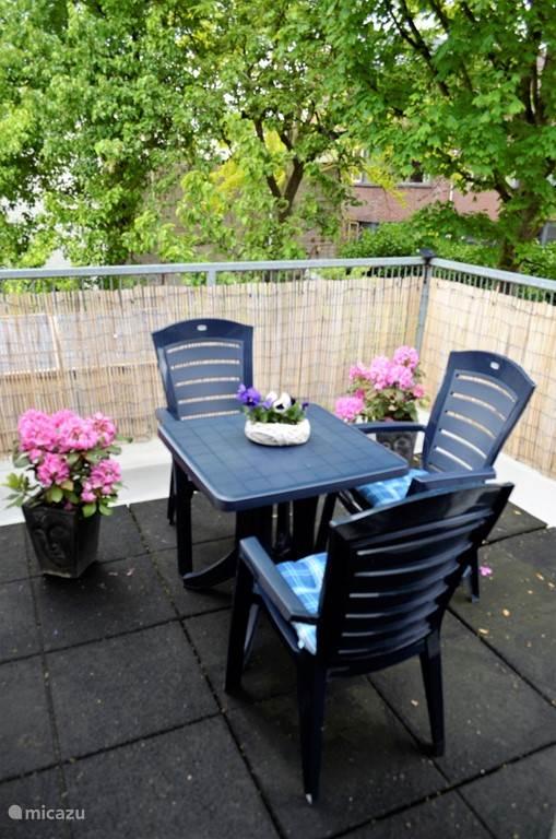 Op het privé dakterras kun je heerlijk ontbijten of 's avonds genieten van een biertje of een goed glas wijn.