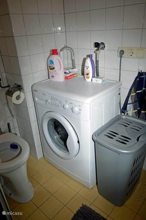 Ook staat er een wasmachine in de badkamer.