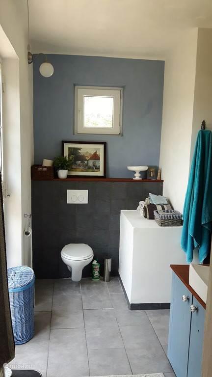 Badkamer aangrenzend slaapkamer 1