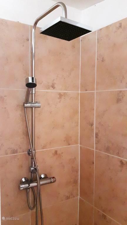 Lekkere douche in badkamer 2. Ook zo'n zelfde douche in de andere badkamer.