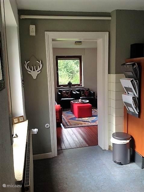 inkijk vanuit de keuken naar de woonkamer