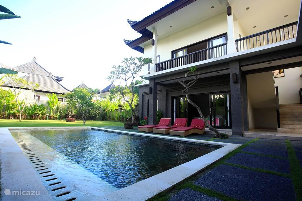 Tuin, zwembad en villa