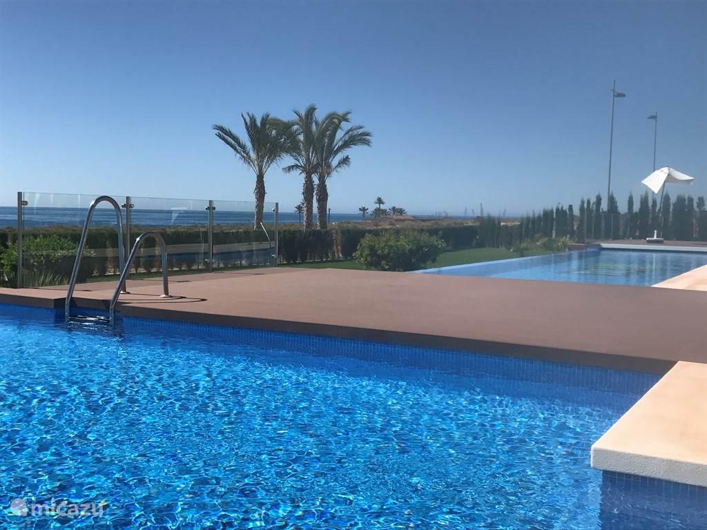 Luxe zwembad aan zee