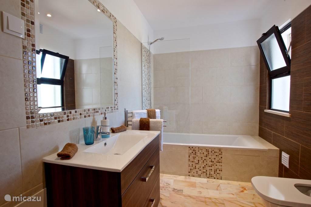 Badkamer met bad,douche en toilet
