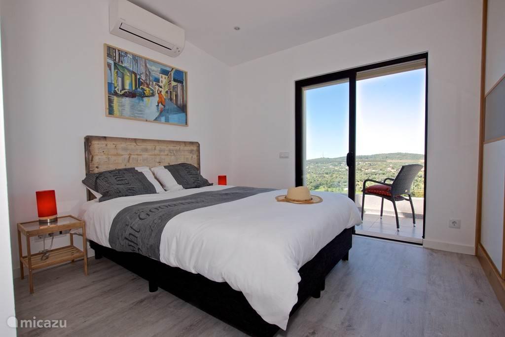 Slaapkamer met balkon