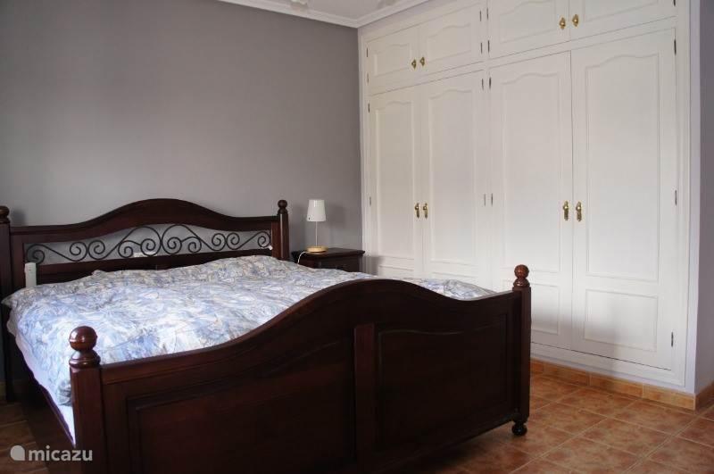 Slaapkamer met inbouwkasten
