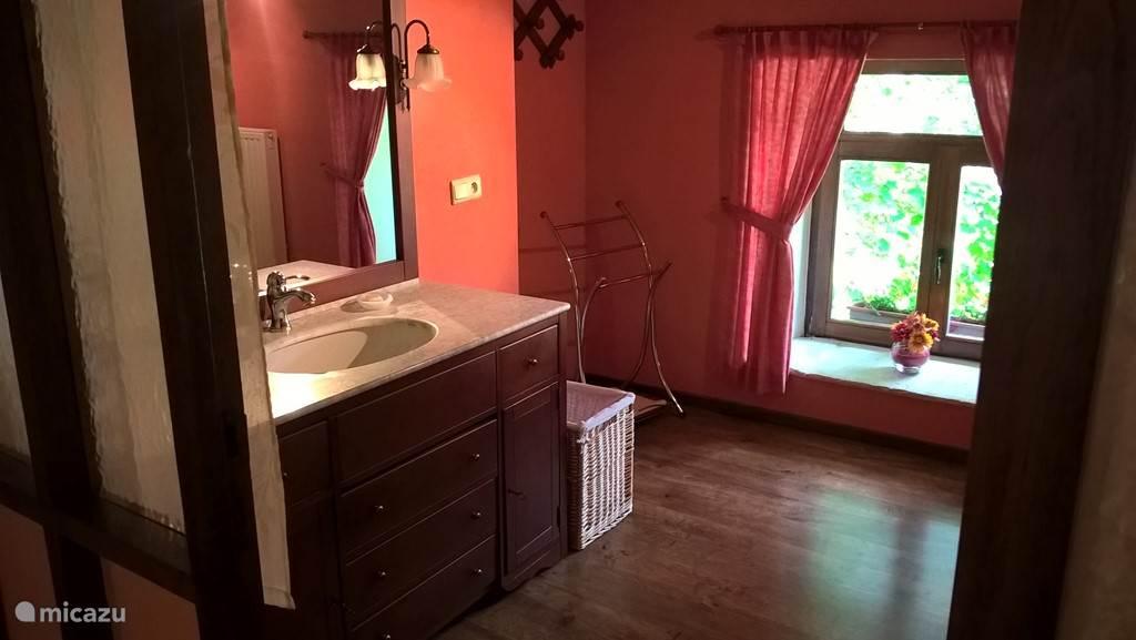 Badezimmer im ersten Stock mit Bad.