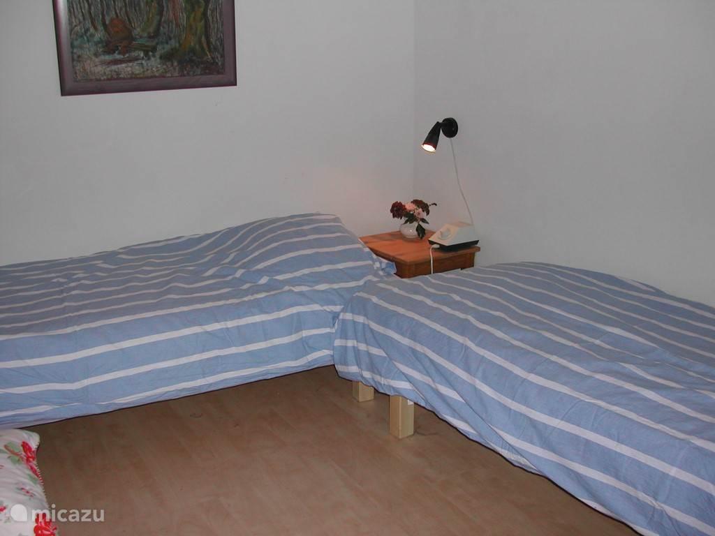 Slaapkamer, bedden apart. Ze kunnen aan elkaar