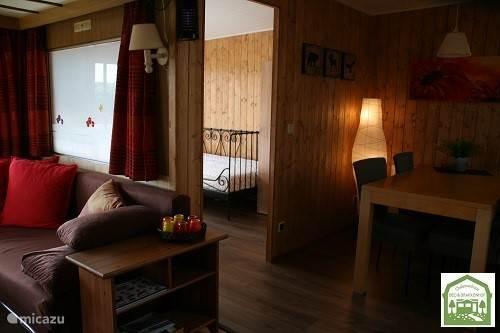 Hoekbank, slaapkamer met 2 bedden, eethoek In De Bonte Specht