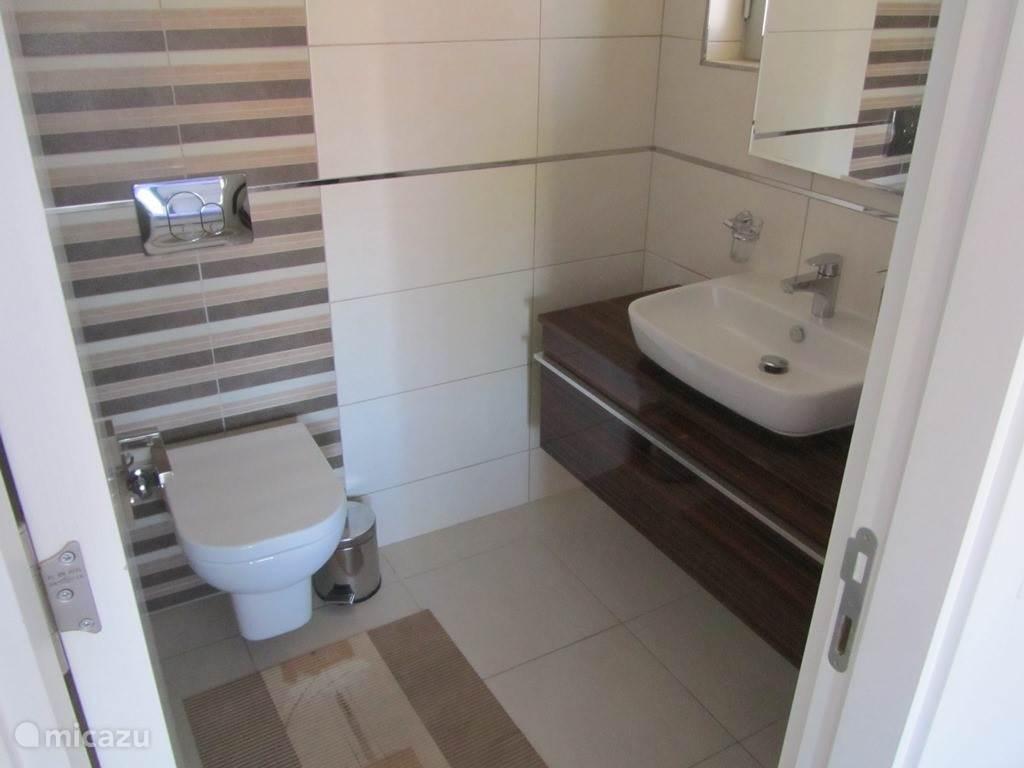 Badkamer en inloopdouche. Per slaapkamer een eigen badkamer