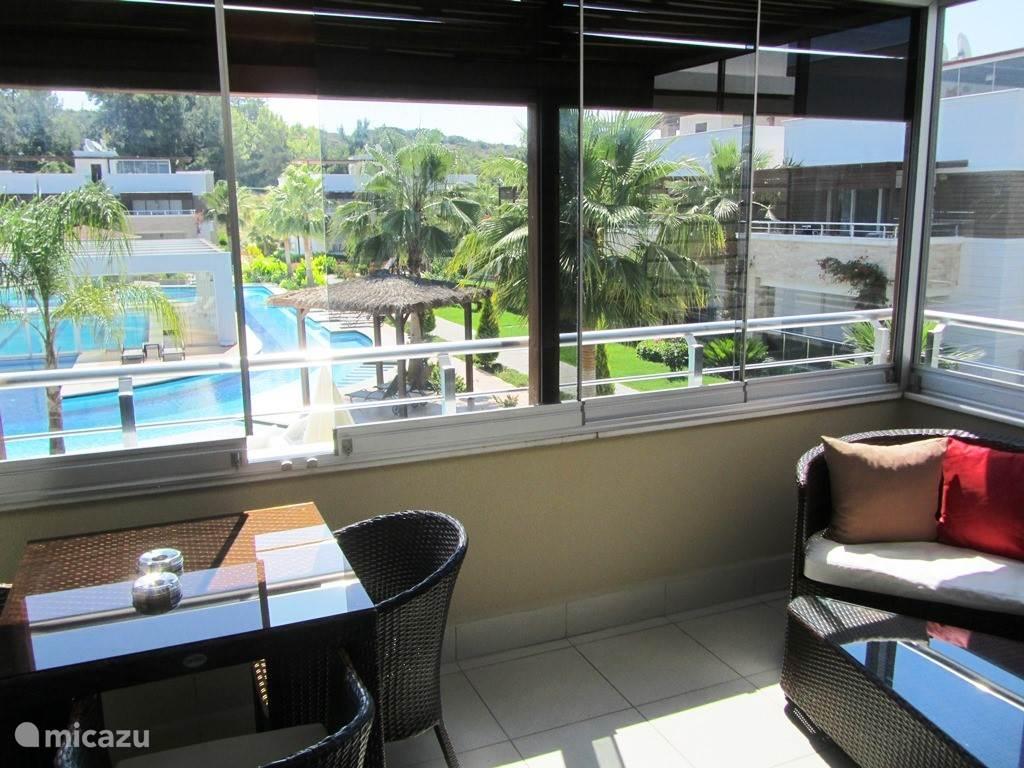 Balcon met glazen schuiframen zonwerend