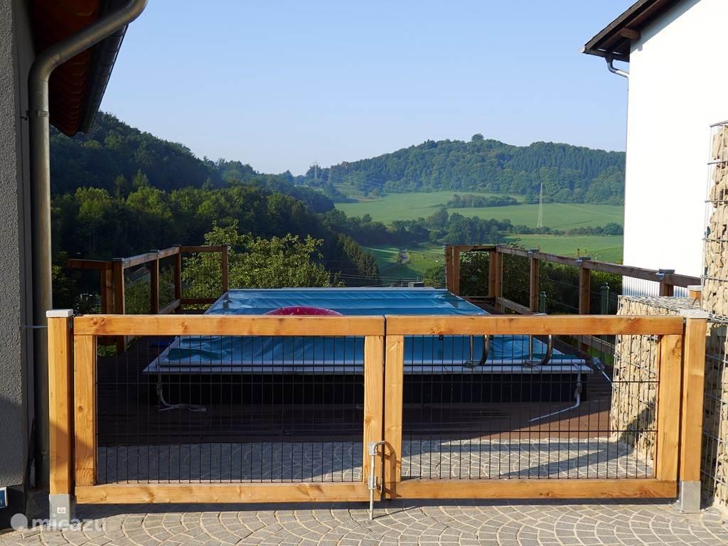 Omheind zwembad met uitzicht.
