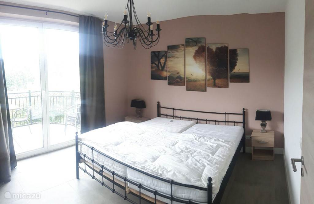 Slaapkamer met toegang tot balkon