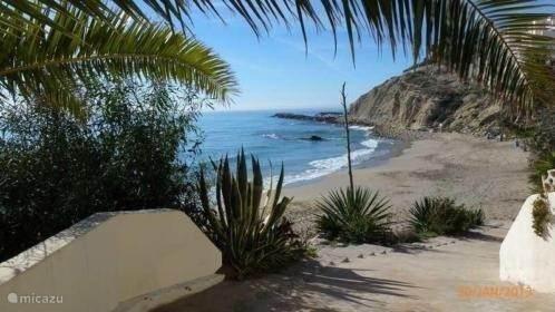 Nabijgelegen strandje (5 min lopen). Alle grote stranden binnen enkele autominuten afstand (10-15 min. rijden)